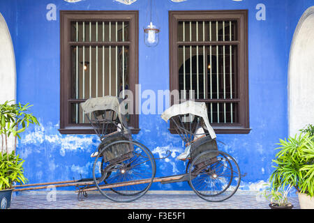 Georgetown, Malaysia — 04 August, 2014: Old rickshaw tricycle near Fatt Tze Mansion or Blue Mansion - Stock Photo