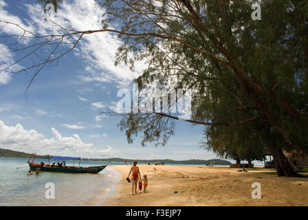 Beach on the island of Koh Russei. Koh Russei, also named Koh Russey or Bamboo Island is a green, gilt-edged crescent, - Stock Photo