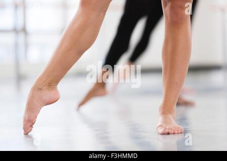 Dancers bare feet en pointe - Stock Photo