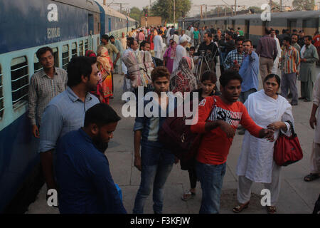 Lahore, Pakistan. 08th Oct, 2015. Passengers of Samjhuata express train arrived in Lahore railway station after - Stock Photo