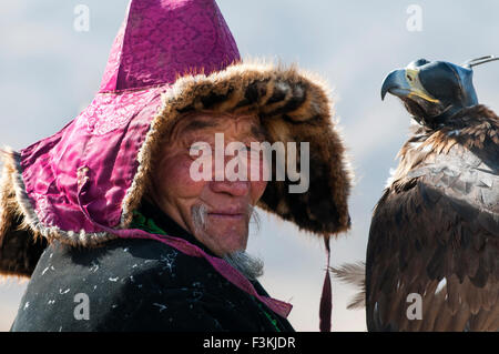 Kazakh eagle hunters and their golden eagles in the Altai Region of Bayan-Ölgii in Western Mongolia. - Stock Photo