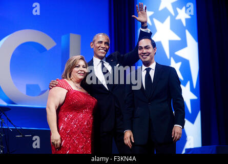 Washington, DC. 8th Oct, 2015. United States President Barack Obama flanked by US Representative Linda Sanchez (Democrat - Stock Photo