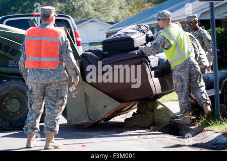 South Carolina, USA. 8th October, 2015. South Carolina Army National Guard soldiers help with clean up following - Stock Photo