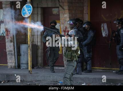 Jerusalem, Jerusalem. 9th Oct, 2015. An Israeli Border Police officer fires tear gas during clashes with Palestinian - Stock Photo