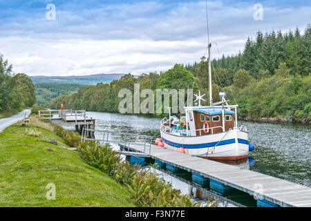 GREAT GLEN WAY OR TRAIL SCOTLAND BOAT MOORED AT CULLOCHY LOCK THE CALEDONIAN CANAL LOOKING TOWARDS FORT AUGUSTUS - Stock Photo