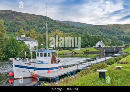 GREAT GLEN WAY OR TRAIL SCOTLAND BOAT MOORED AT CULLOCHY LOCK THE CALEDONIAN CANAL LOOKING TOWARDS LAGGAN - Stock Photo