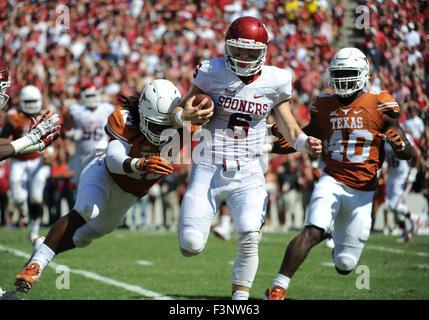 October 10, 2015: Oklahoma Sooners quarterback Baker Mayfield #6 is brought down by Texas Longhorns linebacker Malik - Stock Photo