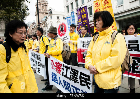 London, UK. 10th Oct, 2015. Falun Dafa practitioners holding banners demanding justice for President Jiang Zemin - Stock Photo