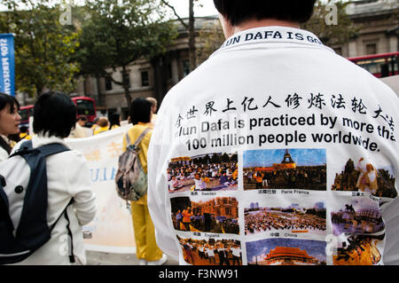 London, UK. 10th Oct, 2015. Falun Dafa practitioners demanding justice for President Jiang Zemin at a protest in - Stock Photo