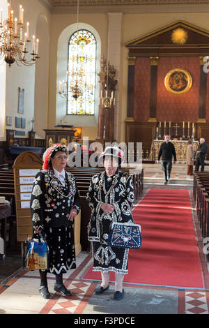 London, UK. 11/10/15. Pearly Kings and Queens gather at St Paul's Church (The Actors' Church) in Covent Garden to - Stock Photo
