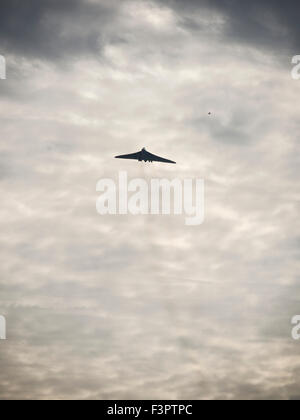 Leamington Spa, UK. 11th Oct, 2015. One of the XH558 Avro Vulcan last flights as it tours the north and south of - Stock Photo