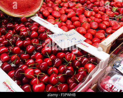 Italy, Emilia-Romagna region, Bologna - market food sellers. Fruit and vegetable market. Cherries from Puglia, strawberries, - Stock Photo