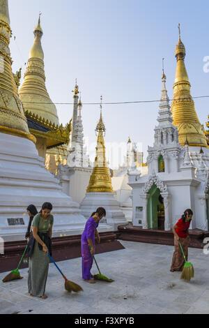 Women sweeping the Shwedagon pagoda, Yangon - Stock Photo