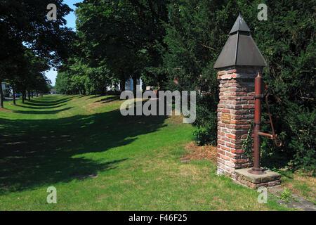 Wallanlagen der ehemaligen Stadtbefestigung mit Innenwall und Aussenwall, Wasserpumpe zur Wasserversorgung der Pumpennachbarschaft - Stock Photo