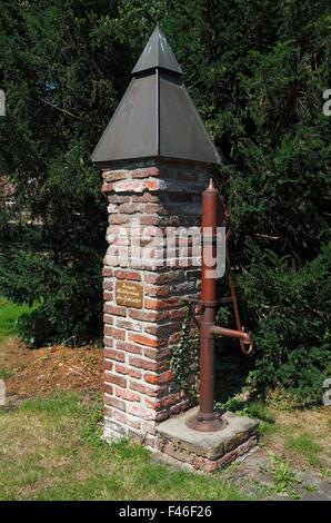 Wasserpumpe zur Wasserversorgung der Pumpennachbarschaft Am Geldertor in Rheinberg, Niederrhein, Ruhrgebiet, Nordrhein - Stock Photo