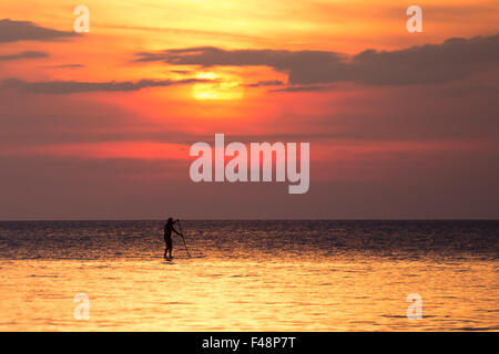 Aberystwyth, Wales, UK. 15 October 2015. As the Indian summer continues on the West Coast of Wales, a stand-up paddler - Stock Photo