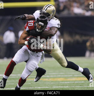 New Orleans, LOUISIANA, USA. 15th Oct, 2015. (front to back) Atlanta Falcons tight end LEVINE TOLIOLO is tackled - Stock Photo