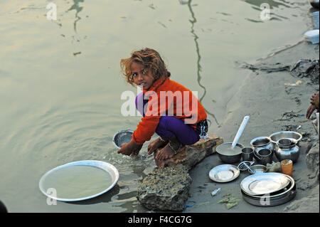 India, Bihar, Patna, Sonepur, Sonepur Mela Cattle Fait (largest in Asia), young girl washing dishes in river - Stock Photo