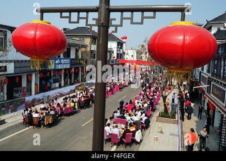 Huai'an, China's Jiangsu Province. 17th Oct, 2015. People enjoy a long table banquet in Jiangba Township of Hongze - Stock Photo