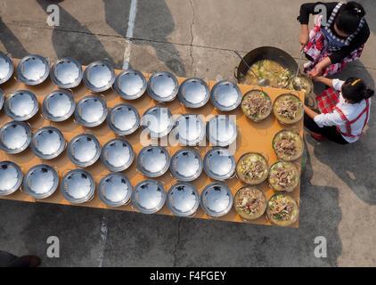 Huai'an, China's Jiangsu Province. 17th Oct, 2015. Chefs prepare dishes for a long table banquet in Jiangba Township - Stock Photo