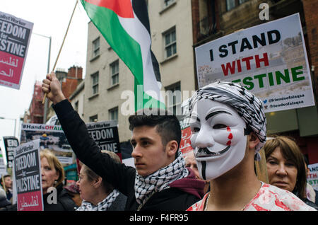 Around 2,500 people gather outside the London Israeli embassy, in protest against the treatment of Palestinians - Stock Photo