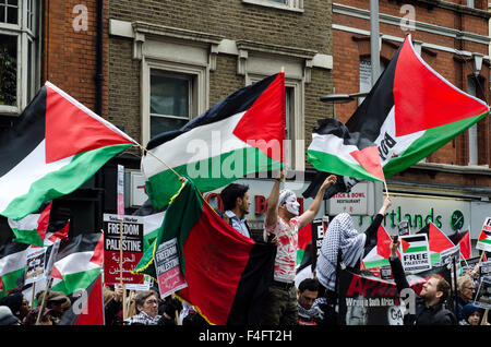 London, UK. 17th October, 2015. Around 2,500 people gather outside the London Israeli embassy, in protest against - Stock Photo