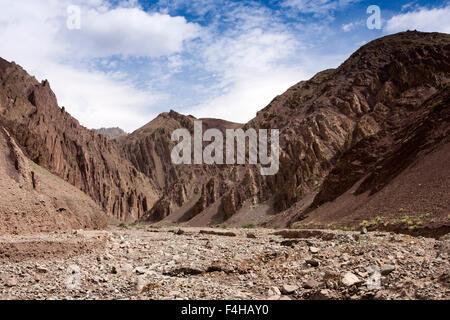 India, Jammu & Kashmir, Ladakh, Miru, tilted rocky dry season river bed beside Leh-Manali highway - Stock Photo