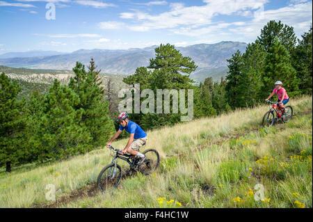 Mountain bike riders on Little Rainbow Trail, near Bear Creek, Salida, Colorado, USA - Stock Photo