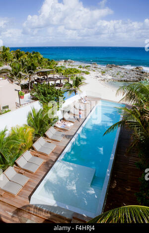 The view of the oceanfront infinity pool at Hotel Secreto, Isla Mujeres, Quintana Roo, Mexico. - Stock Photo