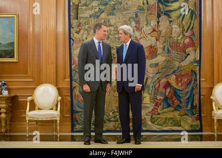 Madrid, Spain. 19th Oct, 2015. U.S. Secretary of State John Kerry with King Felipe VI of Spain before their bilateral - Stock Photo