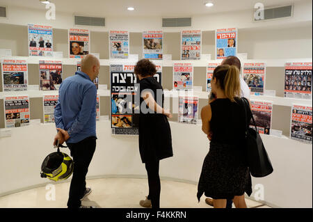 Israelis looking at collection of Yedioth Ahronoth Israeli daily newspaper front pages depicting the events following - Stock Photo