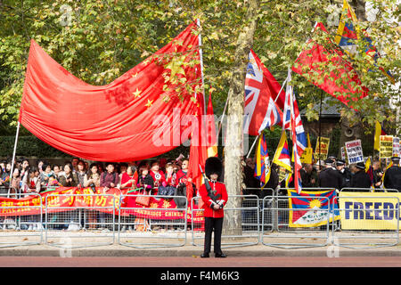 London, UK. 20th October, 2015. A Queen's Guard stands between pro and anti China protesters. State visit of the - Stock Photo