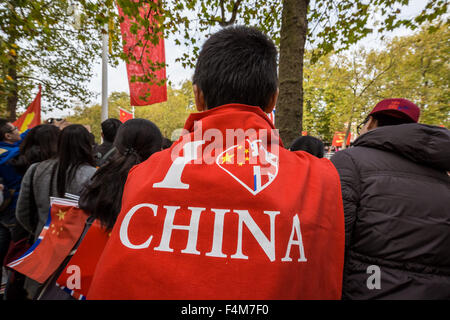 London, UK. 20th October, 2015. Chinese supporters wait for President Xi Jinping as part of the Queen's Royal welcoming - Stock Photo