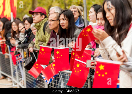 London, UK.  20 October 2015.  Crowds wait to see the Chinese President, Xi Jinping, travel down The Mall en route - Stock Photo