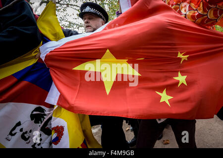 London, UK. 20th October, 2015. Free Tibet Protesters clash with pro-Chinese government supporters during President - Stock Photo