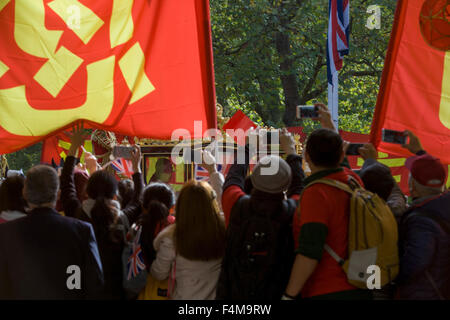 London, 20th October 2015. As crowds of supporters and protesters line the Mall in central London, Chinese leader - Stock Photo