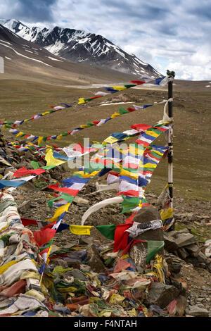 India, Himachal Pradesh, Baralacha Pass top, Buddhist prayer flags at summit - Stock Photo