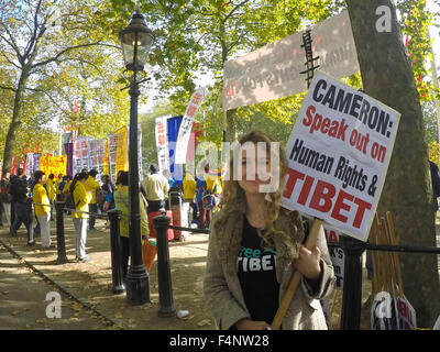 Pro-Tibet protesters line the Mall as Chinese President Xi Jinping arrives for his meeting with the Queen at Buckingham - Stock Photo