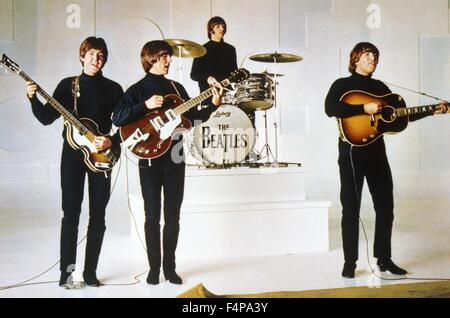 John Lennon, George Harrison, Paul McCartney, Ringo Starr / Help! 1965 directed by George Cukor - Stock Photo
