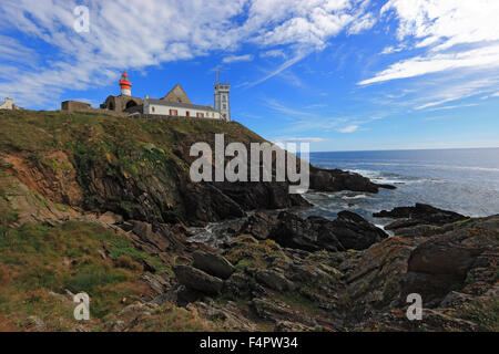 France, Brittany, am La Pointe Saint-Mathieu, Lighthouse Semaphore and the monastery ruins - Stock Photo