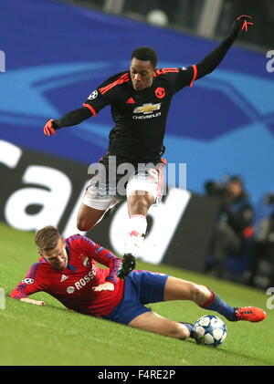 Moscow Region, Russia. 21st Oct, 2015. CSKA Moscow's Pontus Wernbloom (bottom) tackles Manchester United's Anthony - Stock Photo