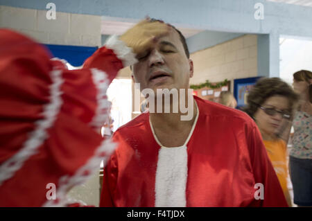Man dresses up as Santa Claus for visiting poor districts and distributing gifts to children at Christmas. Nova - Stock Photo