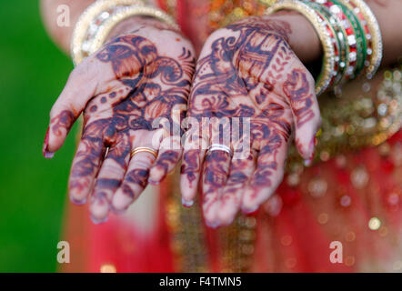 Indian bride with henna on her hands - Stock Photo