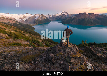 Jason Wilde looks out on the majestic view of Garibaldi Lake, Garibaldi Provincial Park, BC, Canada. - Stock Photo