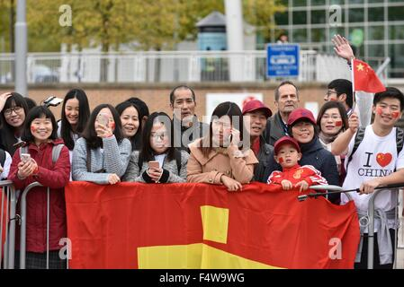 Manchester, UK. 23rd Oct, 2015. A group of Chinese people wait for the arrival of the Chinese President Xi Jinping, - Stock Photo