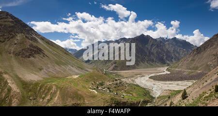 India, Himachal Pradesh, Lahaul and Spiti, Darcha town in Bhaga (Bhag, Bhagga) river valley, panoramic - Stock Photo