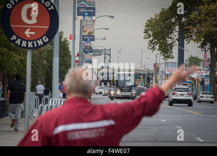 New York, NY, USA. 22nd Oct, 2015. NYPD police escort buses along 126th Street carrying the 2015 National League - Stock Photo