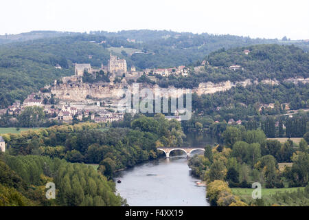 The village of Beynac, the castle and the Dordogne river (Dordogne - France). Le village de Beynac, son château - Stock Photo