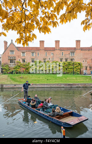 Cambridge, UK. 24th October, 2015. Vibrant autumn colours brighten an overcast day in Cambridge. Tourists take a - Stock Photo