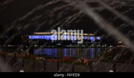 Washington, DC, USA. 24th Oct, 2015. The Kennedy Center is lit up blue to mark the 70th anniversary of the United - Stock Photo